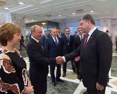 Порошенко в Минске, скривившись, пожал руку Путину (видео)