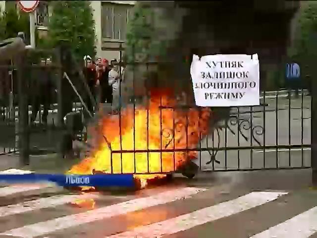 Во Львове жгли покрышки и требовали увольнения начальника ГАИ (видео)