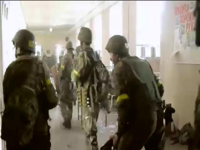 В Иловайске террористы окружили школу с украинскими военными (видео)