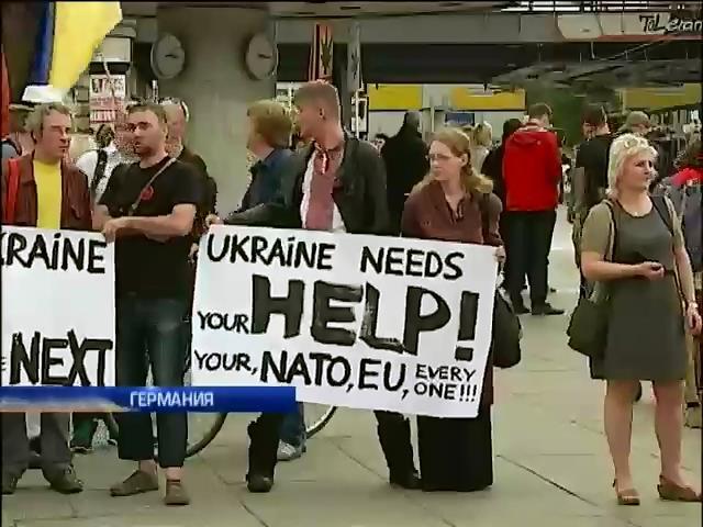 Украинцы в Берлине в вышиванках протестовали против российской агрессии (видео)