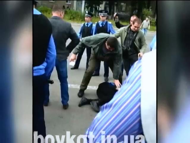 У Києві пікетувальників російських автозаправок побила міліція (відео)