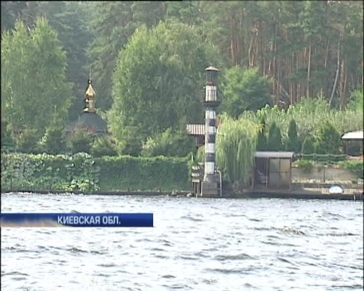 Скромный мэр Вышгорода построил хоромы с маяком и золотой часовней (видео)