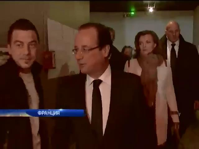По президенту Франции Олланду нанесли удар его же книгой (видео)