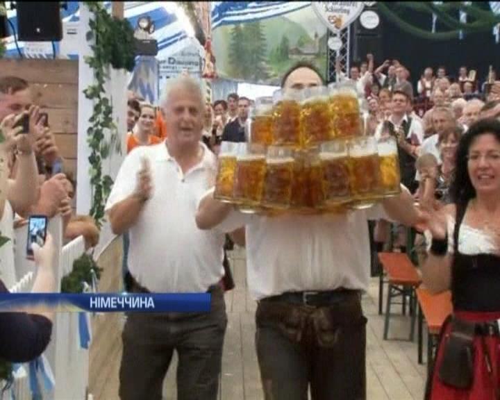 У Нiмеччинi поставили свiтовий рекорд пивними кухлями (видео)
