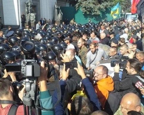 В массовой драке под Радой пострадал боец Нацгвардии и двое митингующих