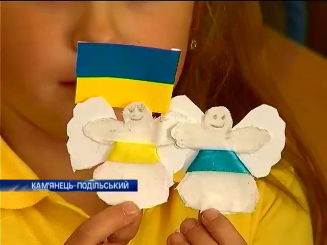 Школярі Кам'янця-Подільського створили для солдат янголів-охоронців (відео)
