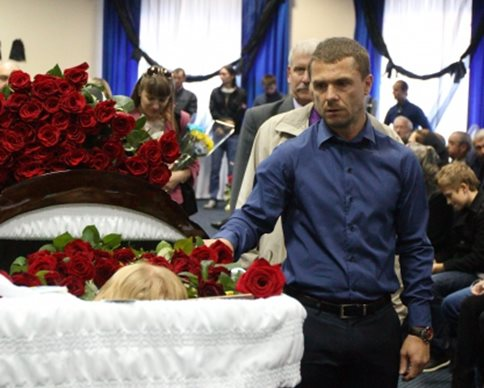 На прощание с Андреем Гусиным пришли звезды спорта и болельщики с 14-м номером (фото)