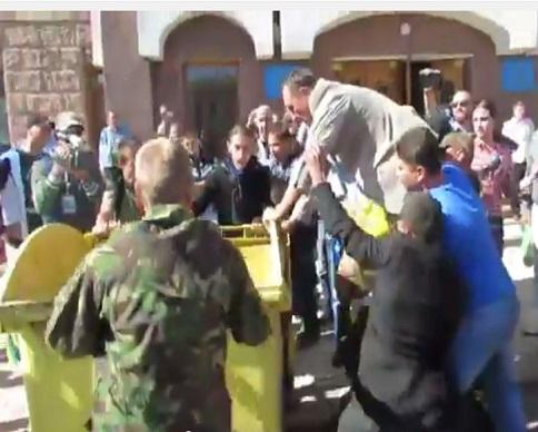 В Тернополе и Кировограде чиновников выкинули в мусорные баки (видео)