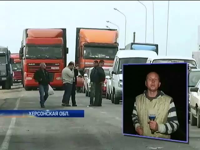 Из-за изменения правил пропуска грузов в Крым на границе застряли сотни фур (видео)
