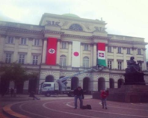 В центре Варшавы вывесили огромный флаг со свастикой (фото)
