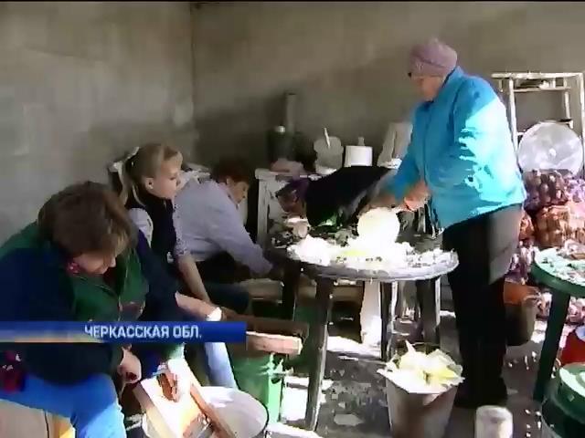 В селах Черкасской области консервируют борщ для солдат (видео) (видео)