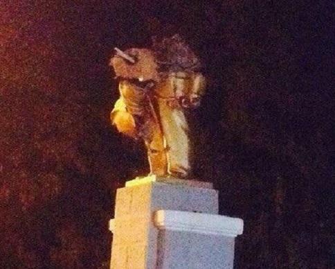 В Харькове снесли еще два памятника Ленину (видео)