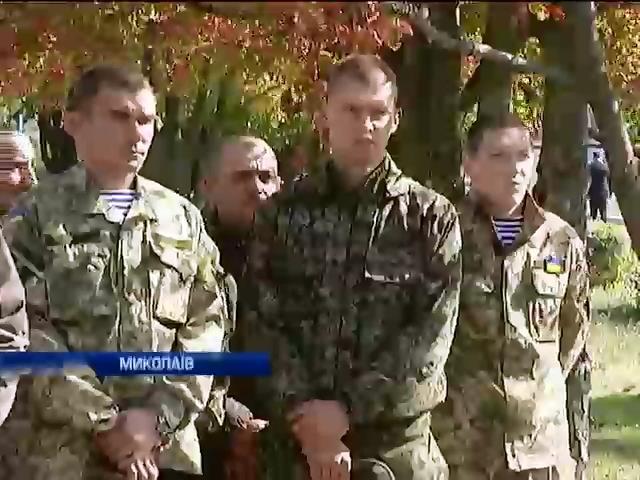 У Миколаeвi близько тисячi людей попрощалися з героeм, що тримав оборону у аеропорту Донецька (видео)