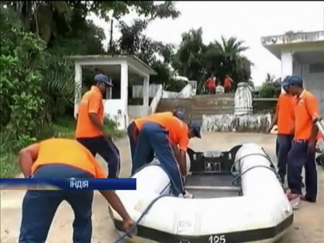 Рятувальники Iндii евакуювали пiвмiльйона людей через сильний циклон (видео)