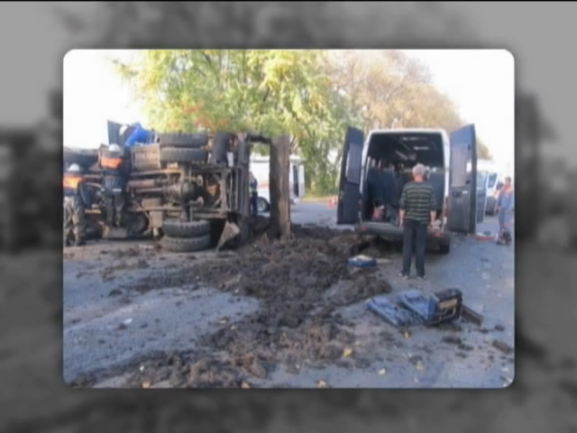 На Киiвщинi вантажiвка зiм'яла маршрутку: одна людина загинула (видео)