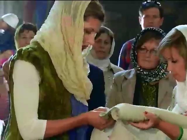 Марина Порошенко вышила рушник и передала иконы Михайловскому Златоверхому собору (видео)