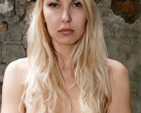 Активистка Femen напала на куклу Путина (фото)