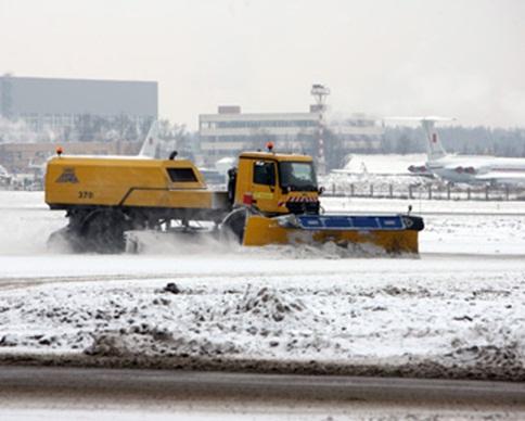 Задержан водитель столкнувшегося с самолетом во Внуково снегоуборщика
