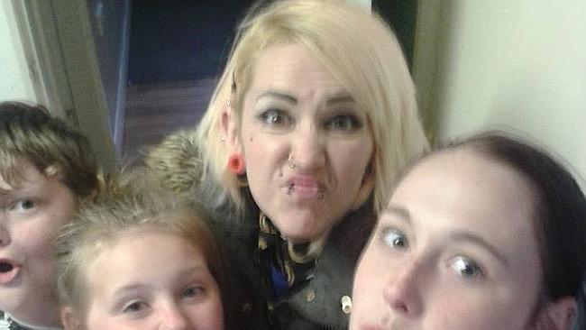В Англии учительницу младших классов выгнали из школы за татуировки (фото)