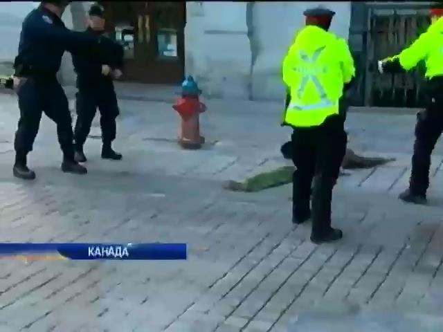 У Канадi затримали чоловiка, який вийшов за обмеження бiля меморiалу вiйськовим (видео)