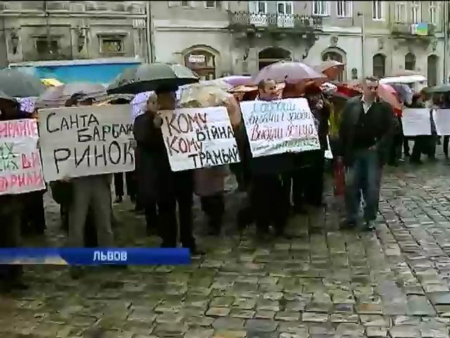 Львовяне требовали от мэра Садового не сносить сквер ради торгового центра (видео) (видео)
