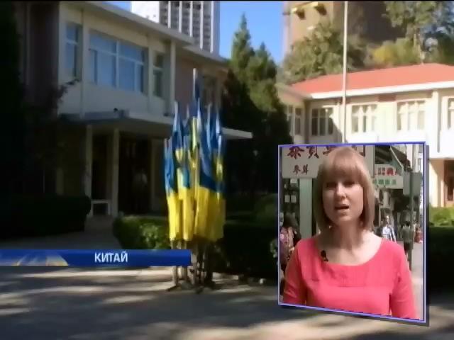 В Китаi украiнцi приходять голосувати у вишиванках (видео)