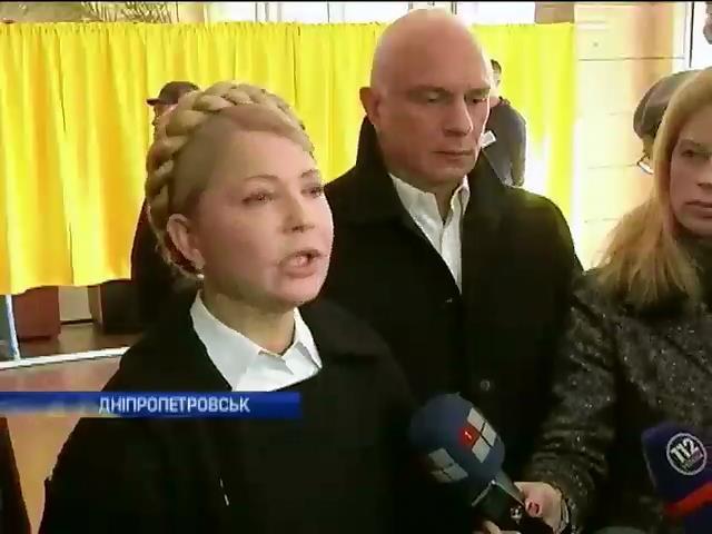 Полiтики голосують з родинами та закликають прийти на дiльницi (видео)