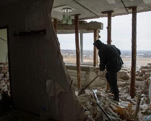"""Пленные бойцы """"Донбасса"""" восстанавливают разрушенный Иловайск (фото)"""