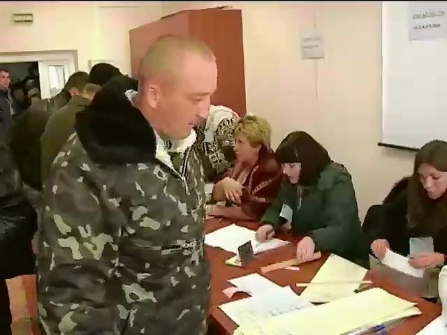 Пораненим у Днiпропетровську привезли виборчi урни у палати (вiдео) (видео)