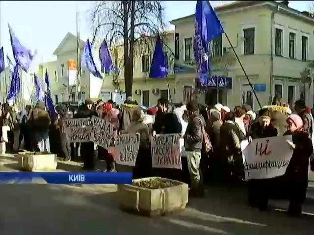 В Киeвi пiд Вищим адмiнсудом протестують проти фальсифiкацiй на виборах (видео)