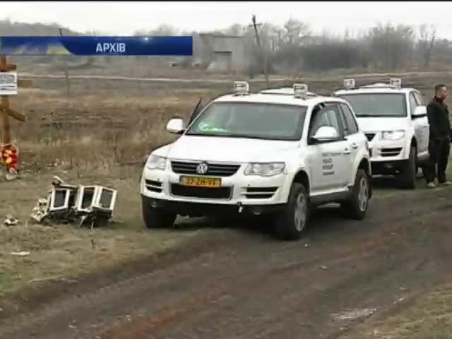 Експерти продовжать збирати уламки Боiнга на Донбасi (видео)