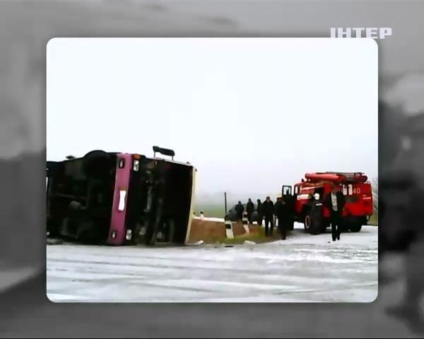 На Полтавщинi автобус злетiв у кювет через ожеледицю (видео)