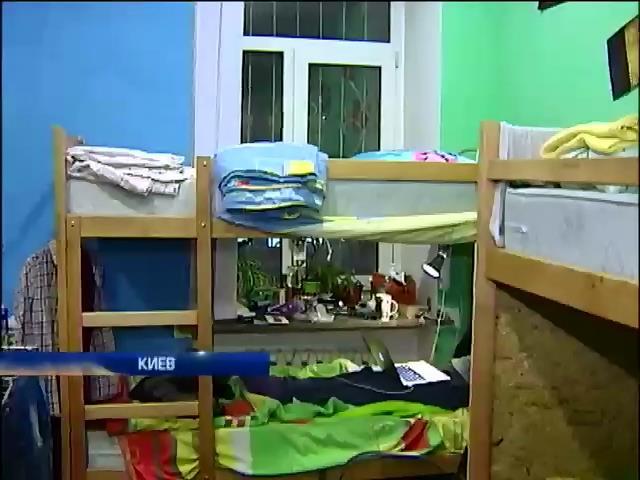Переселенцы живут в хостелах по 11 человек (видео)