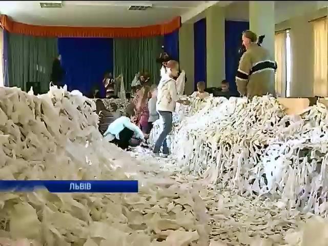 Дiти Львова шиють вiйськовим маскувальнi сiтки (вiдео) (видео)