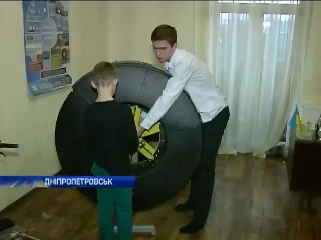Школяр з Днiпропетровська отримуe електрику з вiтру та хвиль (видео)