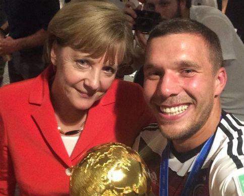 "Футболист ""Арсенала"" продаст селфи с Меркель (видео)"