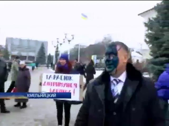 Селяне Хмельницкой области облили зеленкой чиновника (видео)