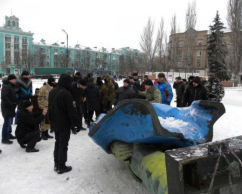 В Новомосковске снесли очередного Ленина (видео)