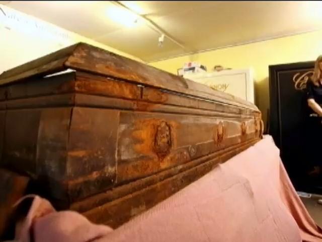 Гроб убийцы Кеннеди пустили с молотка (видео) (видео)
