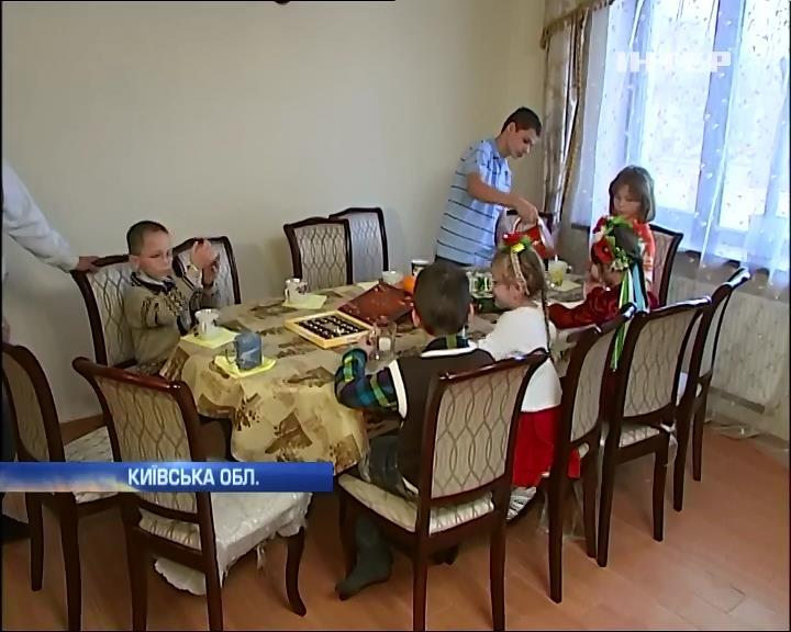 Багатодiтна родина з Марiуполя отримала будинок пiд Киeвом (видео)