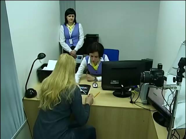 В Украiнi почали приймати документи на бiометричнi паспорти (видео)