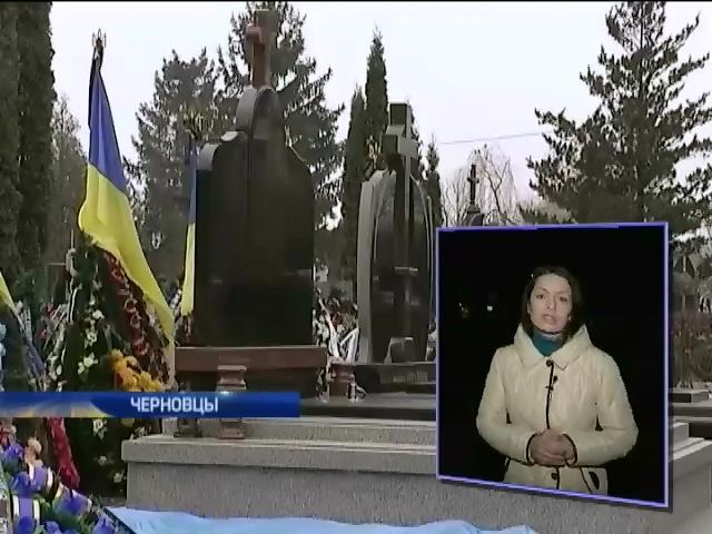 На кладбище Черновцов торговали местами возле героев войны (видео)