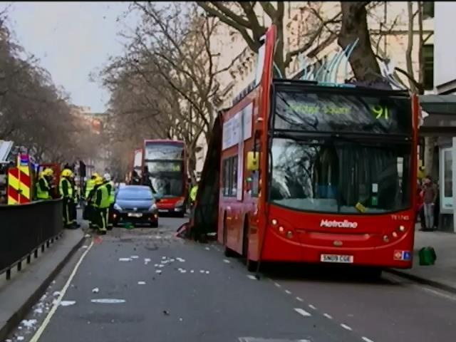 В Лондонi перекинувся двоповерховий автобус (видео)
