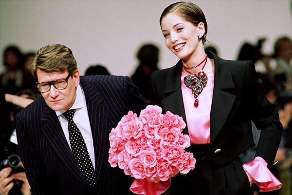 Ив Сен-Лоран оставил мир высокой моды в 2002 году.  Кутюрье объяснил такое решение вследствие усталости и слабого...